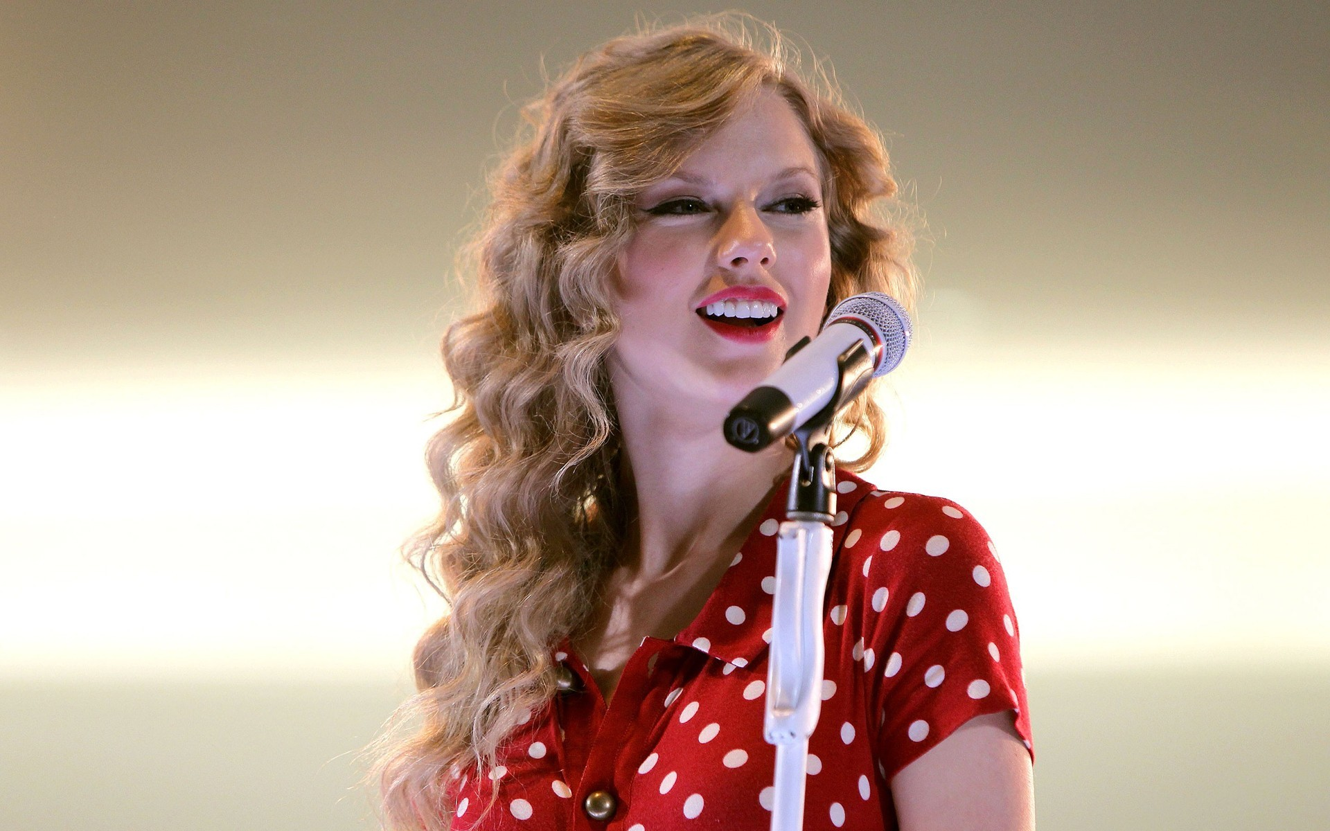 'TAYLOR SWIFT' GIVES REALLY INSPIRING INSIGHT INTO HER SUCCESSFUL CAREER & LIFE SO FAR!