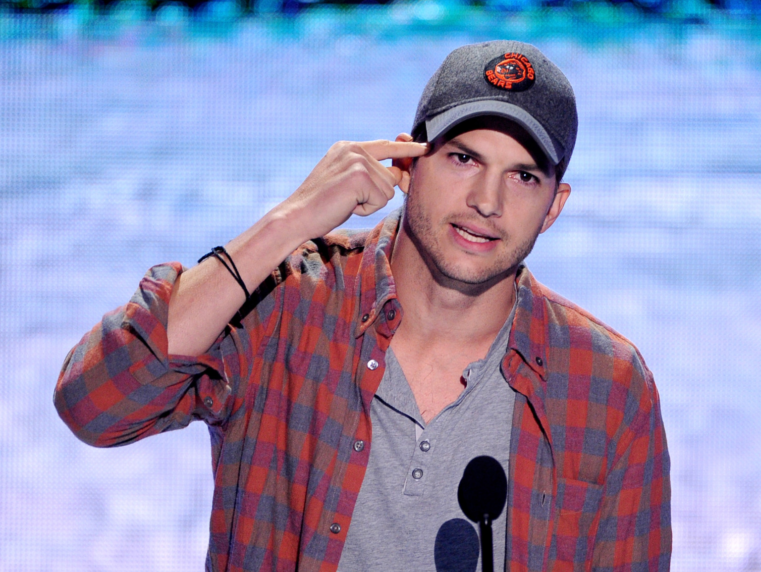 ACTOR 'ASHTON KUTCHER' GIVES INSPIRATIONAL LIFESTYLE SPEECH AT TEEN CHOICE AWARDS!